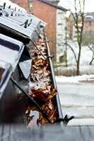 <b>RENNA:</b> Ta en skikkelig rens av takrenna, så det ikke ligger løv og annet som kan tette igjen. (Foto: Chera Westman/ifi.no)