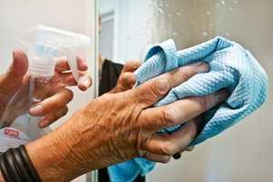 <b>SPEILBLANKT:</b> Til daglig rengjøring av overflater på badet, kommer du langt med en mikrofiberklut og rengjøringsmiddel egnet for flaten du skal rengjøre.