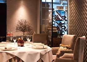 <b>TAPET:</b> Tapetene i restauranten er levert av Green Apple. Tapetet til venstre i bildet er fra Casamance, mens til høyre er det satt opp et tapet fra Arte.