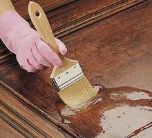 Påfør et tykt lag med et malingsfjerningsprodukt med en pensel.