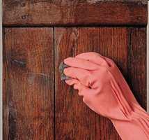 Gni løst i fiberretningen og tørk fortløpende med rene filler i samme retning.
