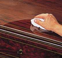 Gni kraftig på flekkene som skal fjernes. Husk at hele overflaten må behandles for ikke å gi forskjeller i glansgraden.<br/><a href='https://www.ifi.no//frisk-opp-gamle-mobler'>Klikk her for å åpne artikkelen: Frisk opp gamle møbler</a>