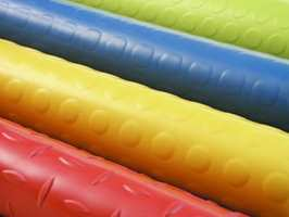 Gummigulv lages ofte i friske farger, og med struktur i overflaten. (Kasthall)