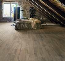 <b>STØRRE MED LAMINAT:</b> − Velg et komfortvarmesystem og legg brede, lange planker med laminat. Da vil soverommet oppleves større og du får god varme når du trenger det, sier Leif Johansen hos Pergo.