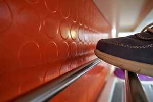 Gummi er lett å holde rent. Med gummifliser i skosonen er det ikke lenger fare for at sko vil stange mot hvite vegger.
