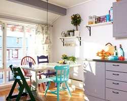 Odde stoler malt i ulike farger, gir kjøkkenet krydder!