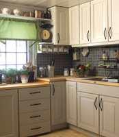 Det er ikke godt å se at dette skjuler et gulnet furukjøkken! Maling til skap, olje til kjøkkenbenken og sliping og lakk til gulvet skapte et nytt, delikat kjøkken.