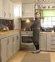 Lekkert, «nytt» kjøkken med maling, nye håndtak på skuffer og skap og steinfliser, og endelig er det god plass til å lage mat.