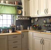 Rommet var som tradisjonelle hyttekjøkkener flest – gulnet panel rundt baut. En kosmetisk forandring senere er det ikke til å kjenne igjen!