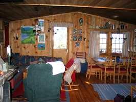 Stuen før maling og lakk fikk fritt leide; mørk, gul og urolig.