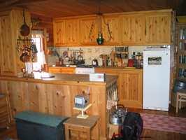 Kjøkkenet før; alle overflater var gule og forholdsvis mørke, med mye kvist. Alt i alt ga det et urolig inntrykk.