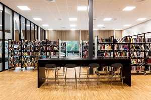 <b>BIBLIOTEKET:</b> Industriparkett på gulvet og trespiler på veggen bidrar til et godt akustisk miljø på biblioteket.