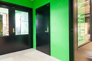 <b>FARGEKICK:</b> I lagerrom og andre underordnede rom får elever og lærere en vitamininnsprøytning fra fargerike vegger.
