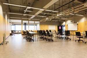 <b>KRYSSFINER:</b> I bygget er det trematerialer i mange ulike former, her fra et av undervisningsrommene for tekniske fag er det brukt kryssfiner for å få inn et element av tre. På gulvet er det også tatt et akustikkdempende grep; det er lagt Sarlon akustikkvinyl fra Forbo Flooring.