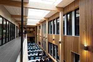 <b>KANTINEN:</b> Under biblioteket er kantinen. Trespiler i taket skaper super lyd. Det blir tett og nært, nesten litt huleaktig uten å bli ubehagelig.