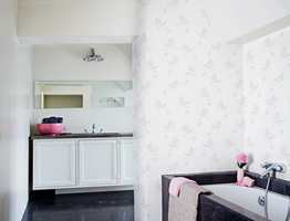 Våtromstapeter finnes i mange design - fra blomsterranker til flisemotiver. Her fra Riviera-kollekjsonen fra Borge.