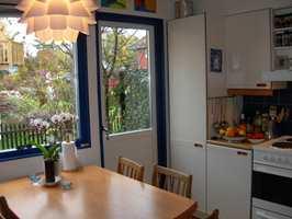 Kjøkkenet fra 1980-tallet var trangt og utdatert.