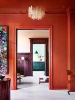 <b>FARGERIKT:</b> I denne fargerike leiligheten er den samme rødfargen brukt både på vegger, tak og listverk. Alt er malt i fargen Brown Red fra Pure & Original. Dør/listverk er malt med «Traditional Paint lacquer waterbased», mens veggen er malt med «Classico». (Foto: Margaret de Lange)