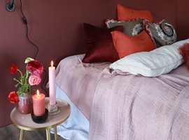 <b>PLATER:</b> På dette soverommet er det malte veggplater i en dyp rødfarge. Walls2Paint er veggplater som er enkle å sette opp, og som gir en ny, slett vegg på null komma niks. (Foto: Forestia)