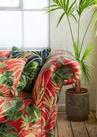<b>RØDT OG GRØNT:</b> Grønt er komplementærfargen til rødt, og kan være en spennende motspiller i interiøret. Her er sofa og puter trukket i tekstiler fra kolleksjonen Colony fra Borge/Clarke & Clarke. (Foto: Borge)