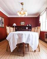 <b>ATMOSFÆRE:</b> De mørke veggene gir rommet en lun og hyggelig atmosfære.