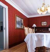 <b>LISTER:</b> Fotlistene er malt i en dypere utgave av veggfargen, nærmest dyp rødbrun, for å føre veggen helt ned til gulvet.