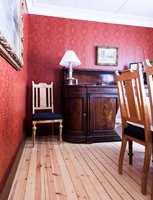 <b>MØBLENE:</b> Med en dyp kontrast kom møblene mer til sin rett.