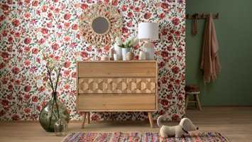 <b>BLOMSTER:</b> Blomstertrenden går aldri av moten. Rødblomstrete tapet, mot varme tredetaljer skaper et lunt og livlig interiør. Tapet fra kolleksjonen My Garden fra Fantasi Interiør.