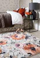<b>BLOMSTRETE TEPPER:</b> Med teppe på soverommet er det en fryd å stå opp om morgenen. De brent-røde fargene på teppet og tekstilene tilfører varme til interiøret. Teppet er fra InHouse Group.