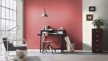 <b>SUS OG DUS:</b> Tenk hva én vegg med dette nedtonede røde tapetet gjør med rommet. Forandring fryder fra hvitt interiør til dette! Tapet fra My Garden fra Fantasi Interiør.