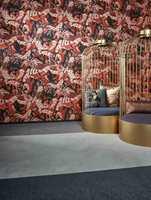 <b>ELEGANT:</b> Rødt og sort mønstret tapet, sammen med gulldetaljer, gir et elegant preg til interiøret. Tapetet fra Flavorpaper for Arte føres av Green Apple.