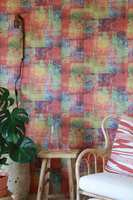 <b>LIVLIG:</b> Flerfarget, spennende tapet på de ferdigtapetserte veggplatene Walls4You fra Forestia.