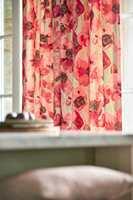 <b>SOMMERLIG:</b> Med duse rød-rosa farger på lette blomstergardiner, kan vi ta sommerstemningen med inn. Tekstiler fra Sanderson sin kolleksjon Embleton Bay fra Intag.