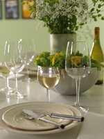 Stilen er klassisk og moderne, med hvitt, stål og glass som strammer opp.
