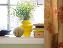 Blomster og små kulørsterke detaljer er med å skape variasjon slik at helheten ikke blir tam og kjedelig.