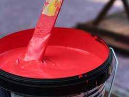 <b>BLAND ALT:</b> Ekspertene mener lakk, olje og maling bør blandes godt før det påføres. (Foto: Robert Walmann/ifi.no)