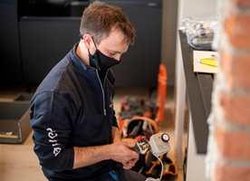 Med en automatisk vannstoppekran har du god sikring mot vannskader. Her monterer rørleggeren en vannstopper fra O. Berge og Rørkjøp.