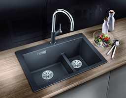 <b>KJØKKEN:</b> Det finnes utallige løsninger for kjøkken. Rørleggerbedriftene har oversikt over mulighetene. Vask og armatur her er Blanco fra Rørkjøp. Vask: Pleon lavagrå.