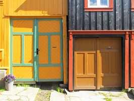 Fargeplanlegging i kommunal forvaltning bidrar til å bevare stedsidentitet. Røros er et verdenskulturminne med en helt spesiell fargepalett, stort sett basert på jordpigmenter.