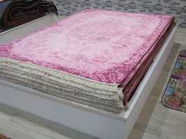– «Pink is good», sier teppehandleren fra Tyrkia, og forteller at interessen etter rosa tepper er økende.