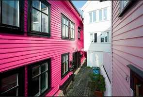 Når det dukker opp et hus med farge «som ikke passer» blir det opphisset debatt.