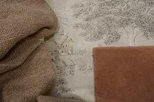 <b>RUSTIKK:</b> Det rosa teppe får en rustikk twist i kombinasjon med grovt vevet tekstil, og tapet med landsbymotiv. Alt fra Intag.
