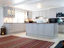 <b>UPERSONLIG:</b> Kjøkkenet var lyst og fint, malt i flere gråtoner. Men det ble ikke hyggelig.