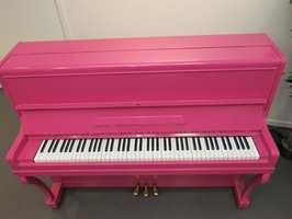 Det står der som et mektig skue. Som en magnet på barn som vil lære seg å spille piano. Malingsbransjen mener «hjemmemaling» av gamle pianoer er en god idé.