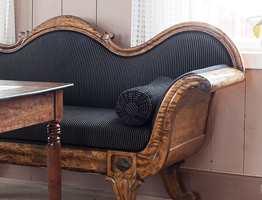 <b>STRAMMER OPP:</b> Stripene i stoffet på sofaen ligner den rosa veggen stilmessig, og slik strammer den opp helheten uten at det blir et sort hull.