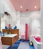 Et rosa tak i baderommet setter litt krydder på tilværelsen!