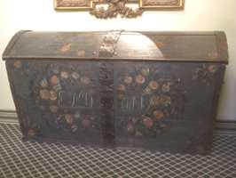 En gammel, rosemalt kiste kan behandles for å få tilbake farger og lød.