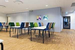 Å la stoler representere fargeinnslagene er en trend vi ser mange steder. Her blir det spesielt vellykket med matchende veggdekor.