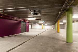Fargebruken i garasjen skaper trivsel, samtidig som den øker trafikksikkerheten ved at søyler og vegger blir mer synlige.