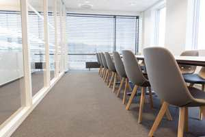 Møterommene er lyse og luftige og selvfølgelig teppekledd for trivsel og bedre lydforhold.